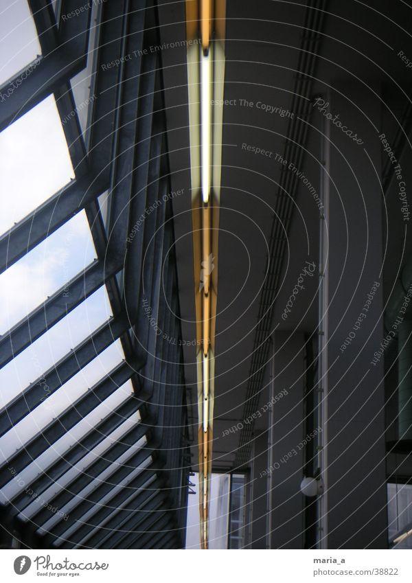 Mensabeleuchtung Lampe Fenster Fensterfront Deckenbeleuchtung gelb weiß grau Architektur Hallogenlampe Hallogenlampen Speisesaal Stützpfeiler