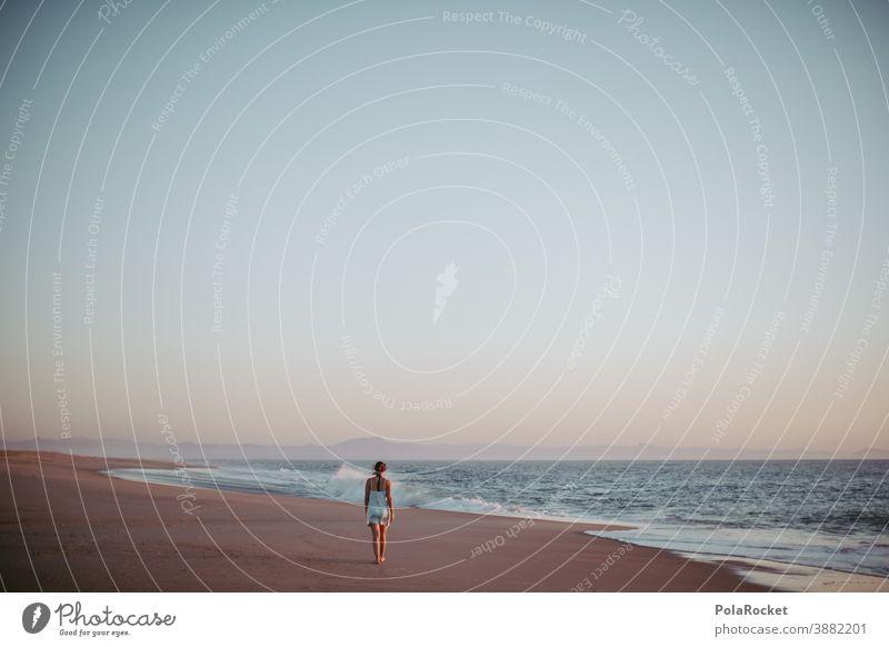 #A0# Strandspaziergang Stranddüne laufen Frau Erholung Freiheit weite Weitblick genießen Urlaub Urlaubsstimmung Ferien & Urlaub & Reisen Außenaufnahme Farbfoto