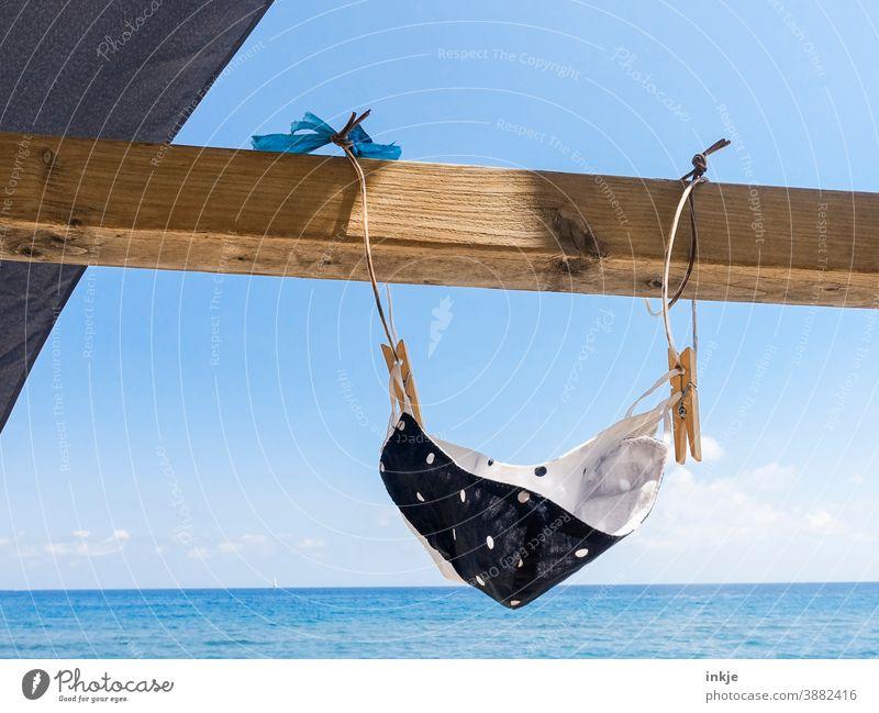 Maske am Meer. Menschenleer Makse Mundnaseschutz Stoffmaske Farbfoto Urlaub Trocknen Sonne blau gepunktet Ferien & Urlaub & Reisen Sommer Strand Außenaufnahme