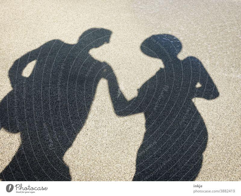 unbekleidete Schatten mit Hut und Sonnenbrille Farbfoto Silhouette Strand Tourismus Urlaub Paar Zusammen FKK Textfreiraum anonym berühren Mann Frau Sommer
