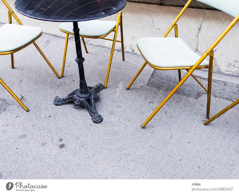 leeres Straßencafé Farbfoto menschenleer Lockdown Shutdown Café Außenaufnahme niemand Textfreiraum geschlossen Gastronomie Coronavirus Tisch Stuhl Terrasse