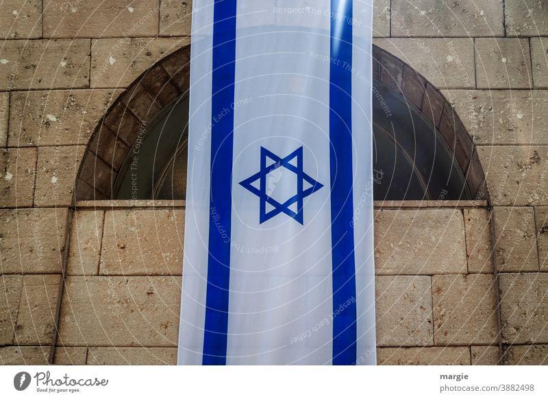 Israel Fahne, Flagge mit Davidstern ausgehängt an einem Gebäude blau Gebäudeteil National Holocaustgedenkstätte Religion & Glaube weiß Zeichen Wahrzeichen