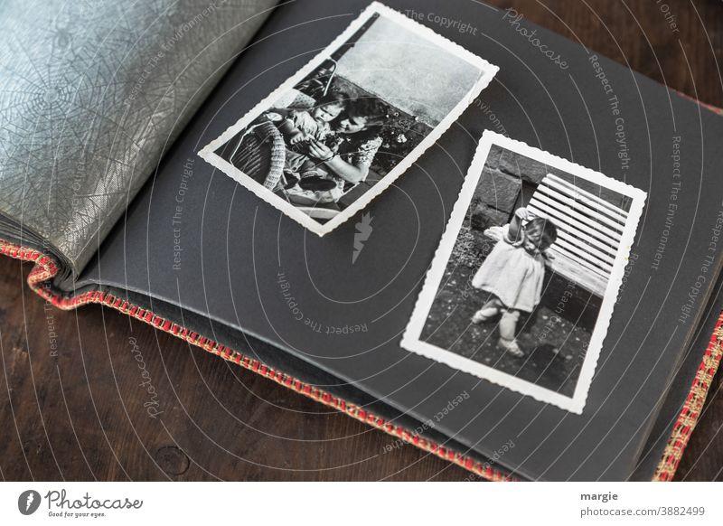 back to the roots | Kindheit Fotografie analog Schwarzweißfoto Familienalbum früher Vergangenheit bewahren Erinnerung Kindheitserinnerung anschauen Junge Frau