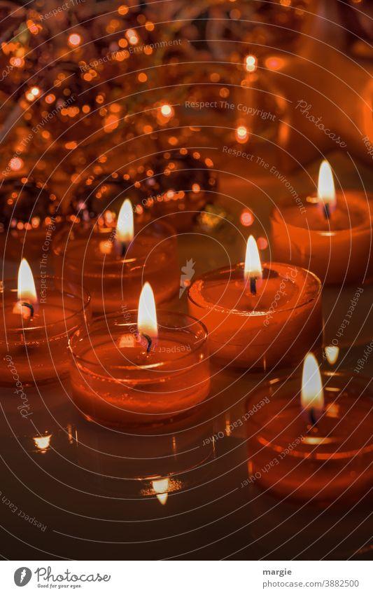 Rote Kerzen, Lichter vor einem Weihnachtsbaum lichter Kerzenschein lichterbaum flammen Lichterkette Weihnachten & Advent Teelichter rot adventszeit warm