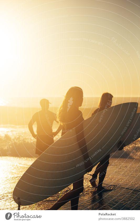 #A0# Surfen in den Sonnenuntergang Surfer Surfbrett Surfschule Surf-Wellen Surfer, die ins Meer gehen Surfers Paradise Urlaub Urlaubsstimmung Urlaubsfoto