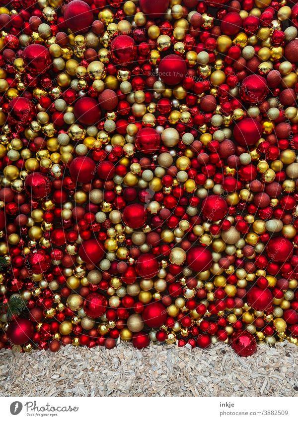 Weihnachtskugelwand Farbfoto menschenleer Hintergrund rot knallige Farben gold gelb dekoration Weihnachten ,Weihnachtsmarkt weihnachtsdekoration Viele voll