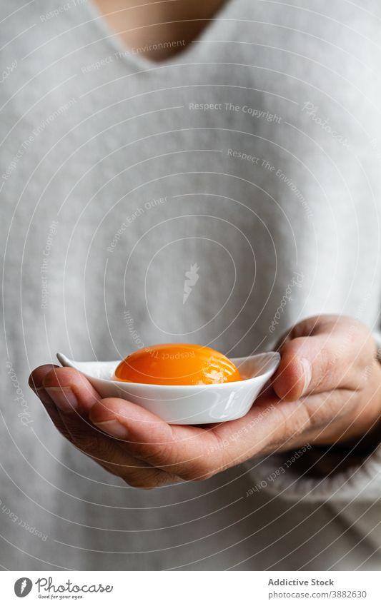Person hält Schale mit Eigelb Schalen & Schüsseln Küche roh ungekocht Lebensmittel Bestandteil kulinarisch zeigen manifestieren Mahlzeit Rezept Koch Gastronomie