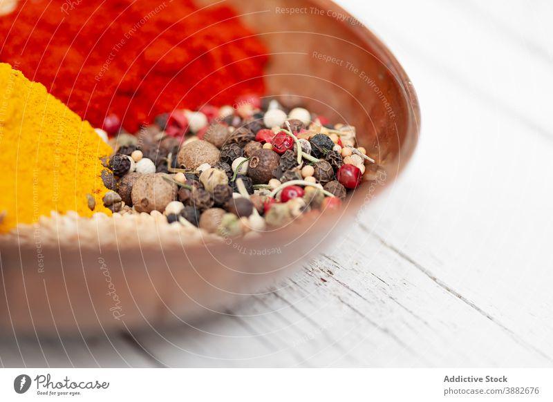 Schale mit verschiedenen Gewürzen auf dem Tisch sortiert Pfefferkörner Kurkuma mischen Schalen & Schüsseln farbenfroh Paprika aromatisch Samen Pulver Aroma