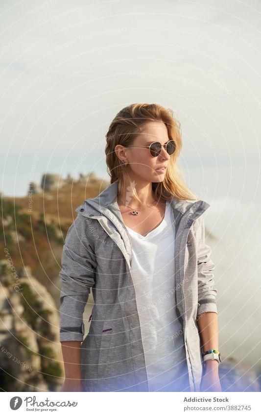 Frau mit Sonnenbrille stehend auf einem Hügel im Sommer Wanderer Reisender sorgenfrei Abenteuer Fernweh sonnig Berge u. Gebirge Gelände Felsen Gegend Trekking