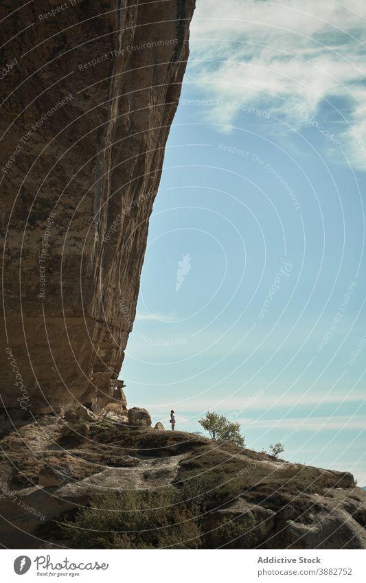 Reisender in der Nähe von Felsen in den Bergen Klippe Berge u. Gebirge Abenteuer Landschaft Urlaub winzig Entdecker felsig riesig malerisch Tourismus
