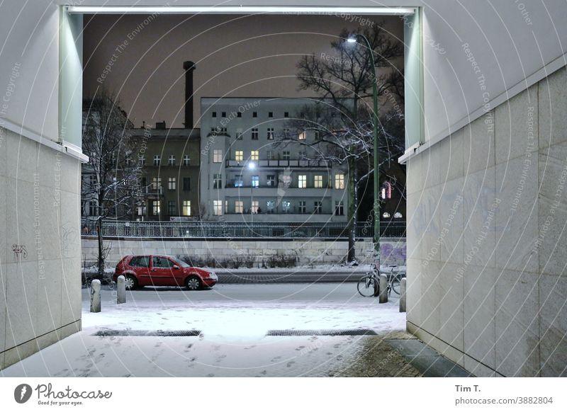Winter in der Schönhauser Allee . Es ist Nacht . Berlin night City Prenzlauer Berg Stadtzentrum Außenaufnahme Auto Durchfahrt Tor Hauptstadt Altstadt