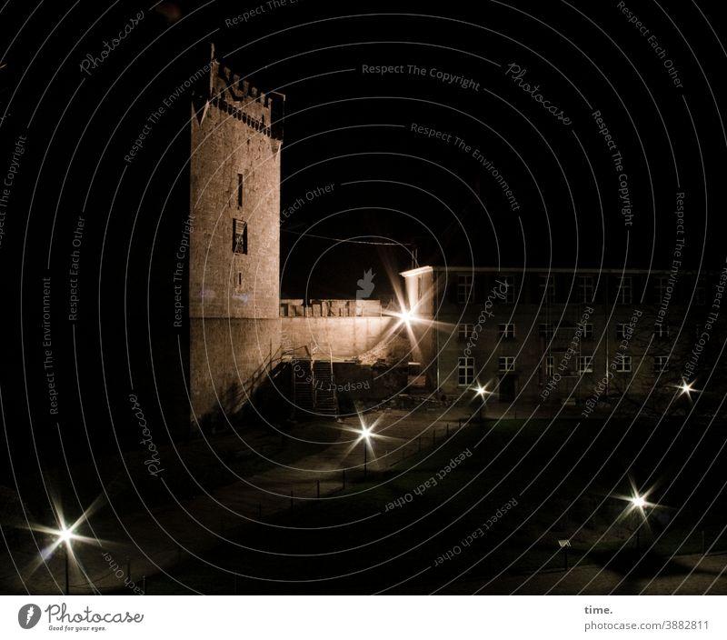 Zeitgeschichte | moderner Charme des Morbiden turm nachts kunstlicht baustelle angestrahlt mauer haus beleuchtung spooky