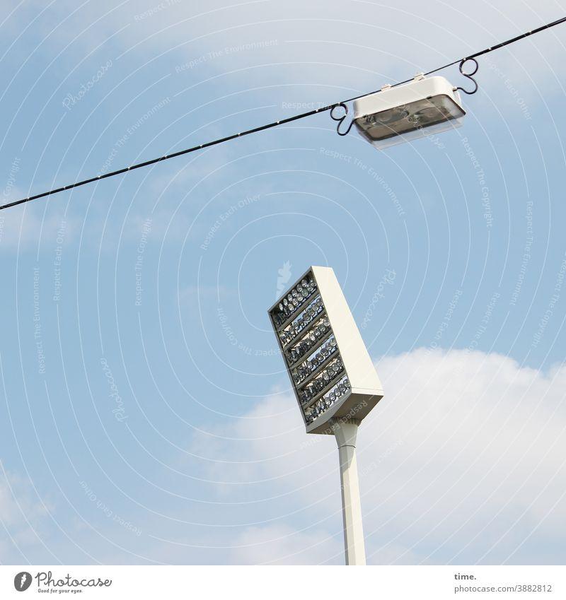 Lightboxen (26) lampe himmel straßenlaterne sonnig konstruktion aufhängung beleuchtung hoch oben froschperspektive kabel skurril flutlicht