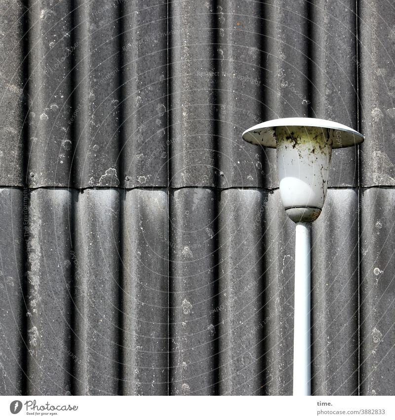 Lightbox (22) lampe straßenlaterne sonnig konstruktion aufhängung beleuchtung blech spundwand linien streifen trashig grau