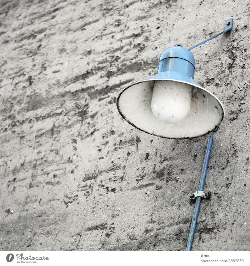 Lightboxen (22) lampe straßenlampe laterne mauer wand blau hellblau kabel befestigung alt trashig schmutzig rau oberfläche lichtquelle tageslicht