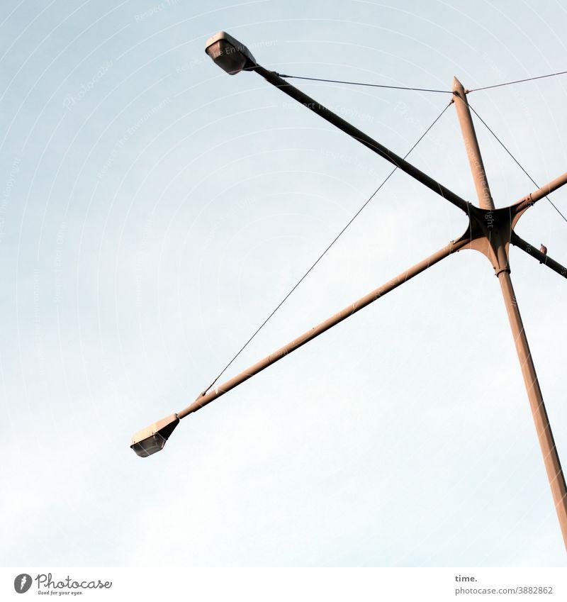 Lightboxen (21) lampe himmel straßenlaterne sonnig konstruktion verwinkelt aufhängung beleuchtung hoch oben froschperspektive vogel