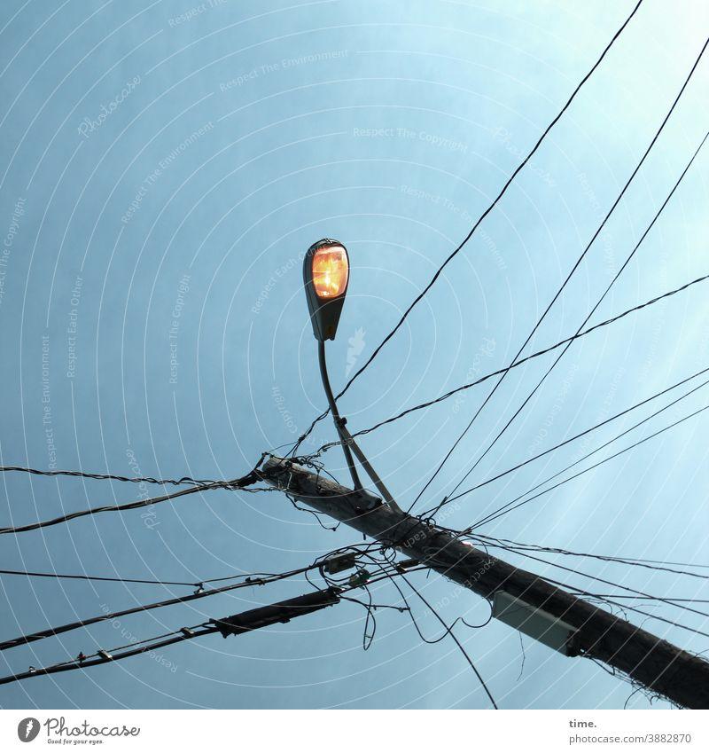 Lightboxen (24) lampe himmel straßenlaterne sonnig konstruktion aufhängung beleuchtung hoch oben froschperspektive kabel strommast überlandleitung skurril