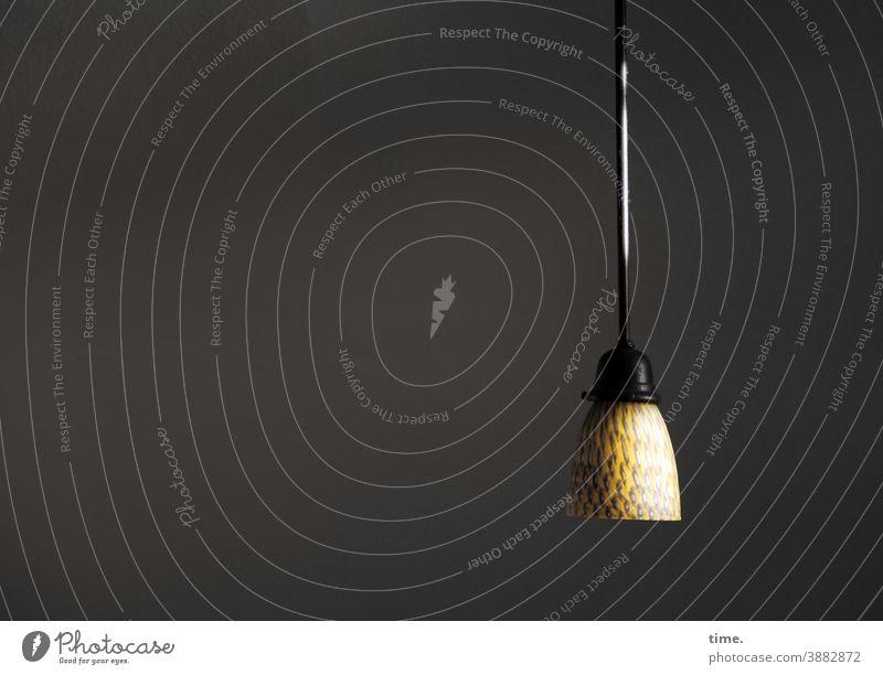 die ham die Lampe schön lampe hängelampe beleuchtung kunstlicht lampenschirm raum dunkel spot oberfläche muster struktur deko kabel hängen allein einzelstück