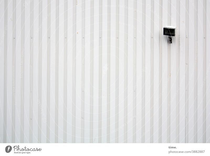 Lightbox (26) lampe strahler außenlicht bewegungsmelder wand blech metall werkhalle arbeitsplatz linien parallelen