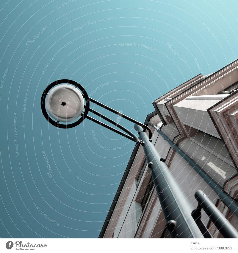 Lightboxen (23) lampe altbau himmel architektur straßenlampe fassade laterne mauer wand blau befestigung lichtquelle tageslicht sonnig hoch Froschperspektive
