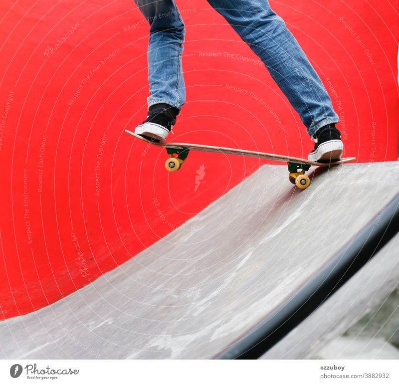 Skater beim Skateboardspielen im Park mit rotem Wandhintergrund Sport Rad Jugend extrem Schlittschuh schwarz Holzplatte Skateboarderin Skateboarding Nahaufnahme