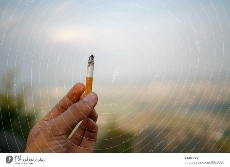 Zigarette in der Hand haltend Person menschlich Finger Halt Sucht Habitus Tabak Arme vereinzelt Mann Rauch stoppen ungesund weiß Erwachsener Nikotin Hintergrund