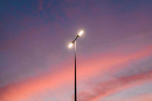 Blick auf die Straßenlaterne an einem schönen Sonnenuntergangshimmel abstrakt Hintergrund blau hell Cloud Wolken Wolkenlandschaft Farbe farbenfroh