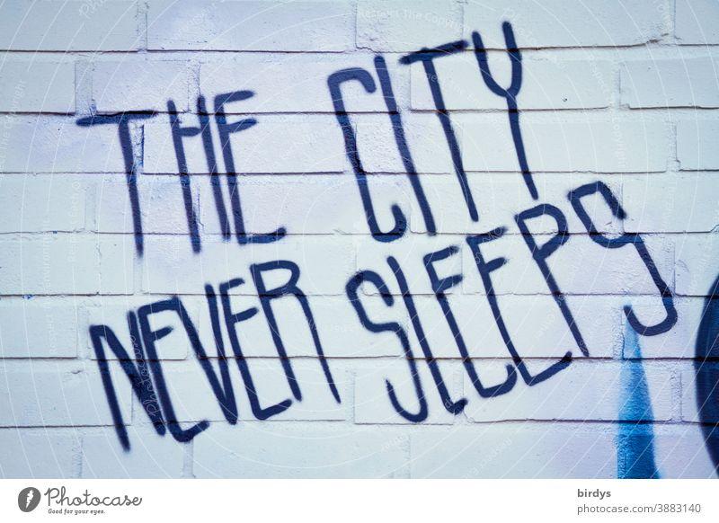 Die Stadt schläft nie. Grafitti in englischer Schrift an einer Backsteinwand. Trotz Corona Stadtleben lebendigkeit Schriftzeichen Graffiti Lockdown