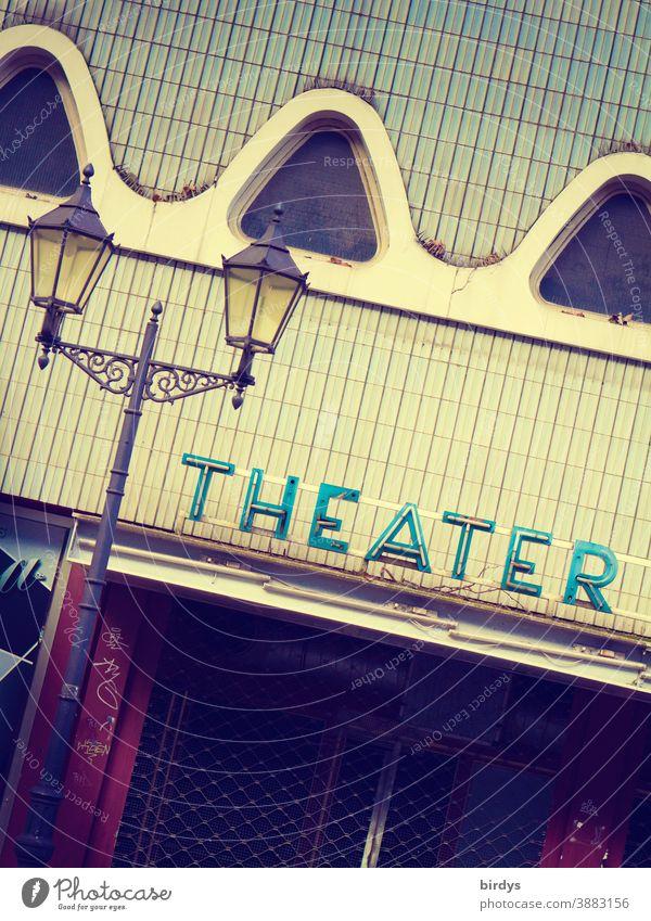 Altes Theater, Neonschrift, und Straßenlaterne. geschlossenes Theater. Corona lockdown Eingang Kunstszene Kultur Not Kulturschaffende Theatereingang Lockdown