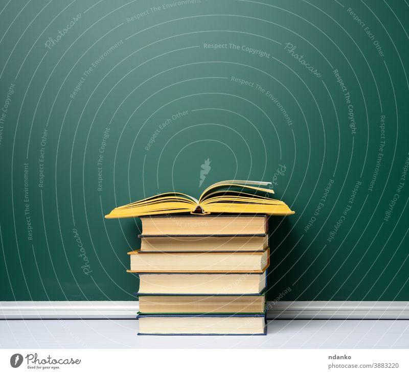 leere grüne Kreide Schultafel und Bücherstapel, zurück zur Schule blanko Holzplatte Buch Buchladen Buchhandlung Klassenraum Archiv Hintergrund Tafel zugeklappt