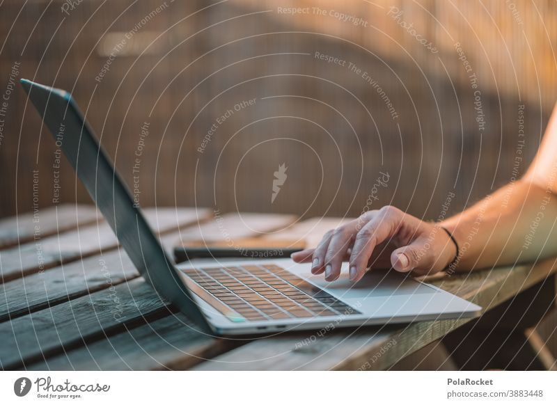 #A0# Arbeit am Laptop unabhängig vom Ort modern Job Digitaler Nomade digital Globetrotter Tastatur Surfen im Netz Tippen Arbeitsplatz Notebook Schreibtisch