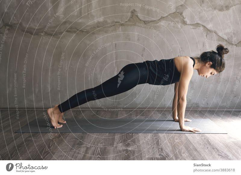 Frau, die Yoga in verschiedenen Posen praktiziert Atelier jung Übung Fitness schön Training Körper Person Gesundheit Meditation Hintergrund Erwachsener passen