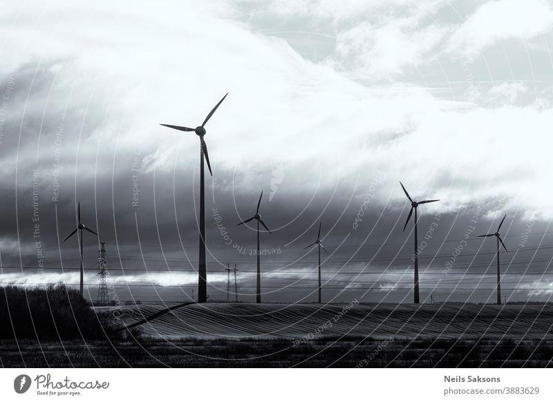 Windmühlen zur Erzeugung von elektrischer Energie. Grüne Technologielandschaft. tatsächlich ausgerichtet alternativ blau Sauberkeit Entwicklung ökologisch