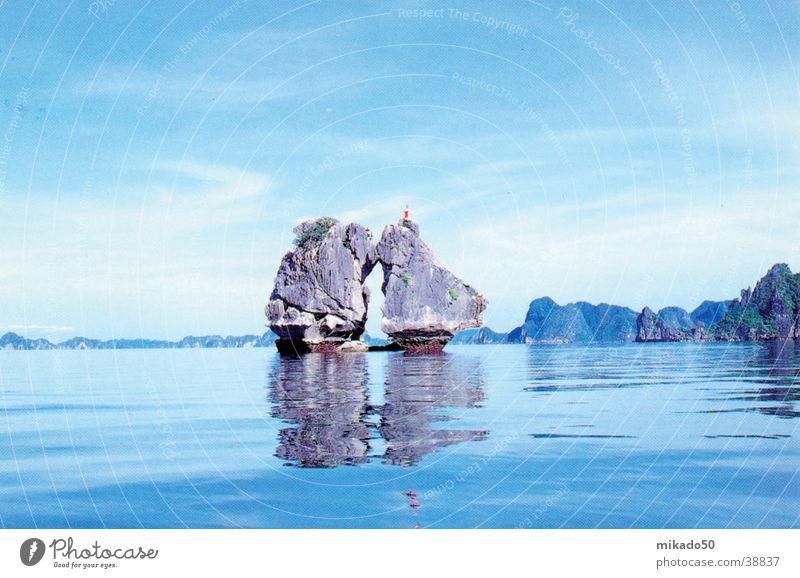 Ha Long Bucht Wasser Himmel blau ruhig träumen Felsen Idylle Asien Vietnam
