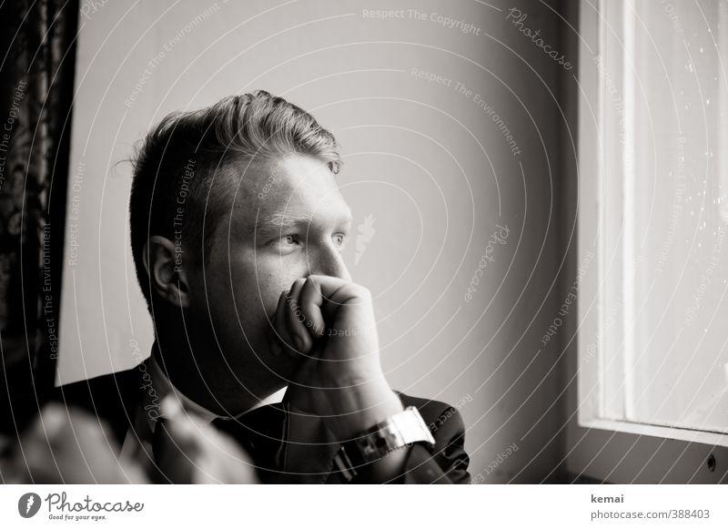 Manager von morgen Lifestyle Stil Wohnung Mensch maskulin Junger Mann Jugendliche Erwachsene Kopf Ohr Hand Finger 1 18-30 Jahre Fenster Anzug Armbanduhr Blick