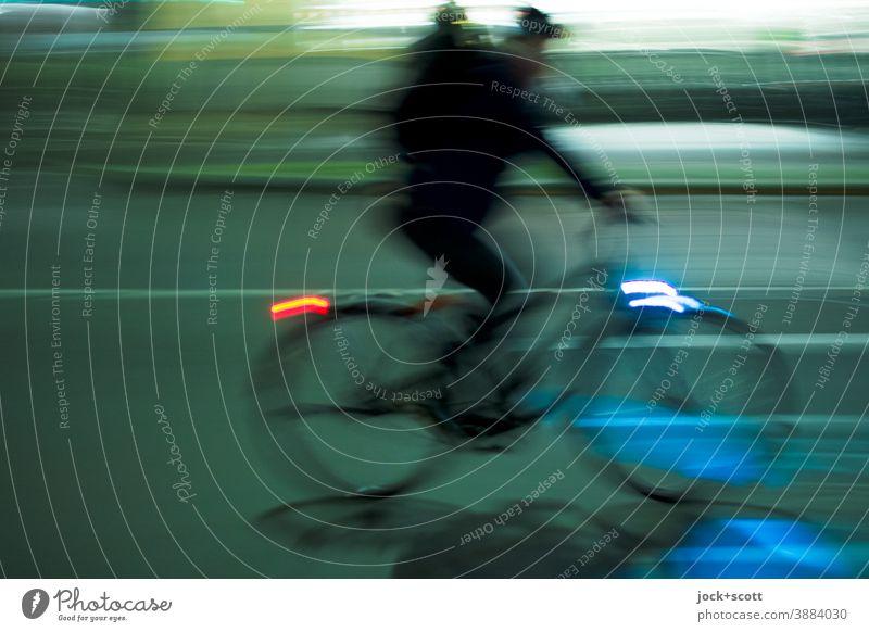 Gegenwind formt dein Charakter Rad Fahrrad Fahrradfahren Verkehrsmittel Straße Mobilität Verkehrswege Nacht Beleuchtung Bewegungsunschärfe Geschwindigkeit