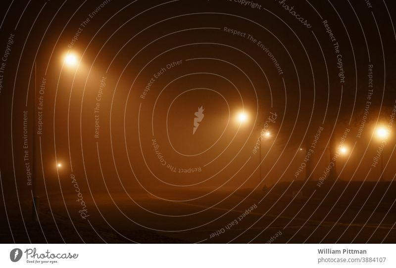 Straßenlaternen Nebel Straßenbeleuchtung Stimmung Nacht dunkel Laterne Abend Stadt Außenaufnahme Beleuchtung Licht Menschenleer Textfreiraum Einsamkeit