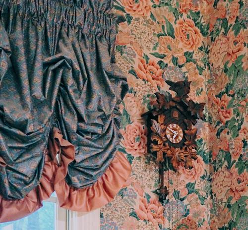 Kuckucksuhr Uhr Tapete Antiquität alt retro Innenaufnahme altehrwürdig Farbfoto Hintergrund Wand Menschenleer Dekoration & Verzierung Muster