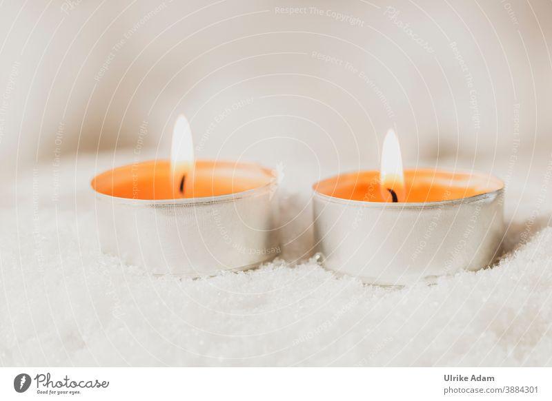 Zwei orange Teelichte brennen im Schnee Teelichter Kerzen Spa Weihnachten Advent Wellness Flamme Docht Weihnachten & Advent Gemütlich Kerzendocht Wachs Licht