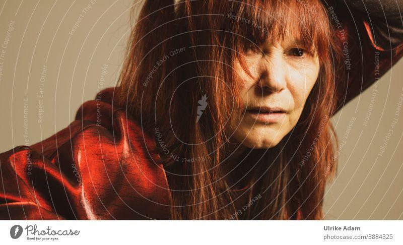 Frau mit roten langen Haaren blickt skeptisch ........ langhaarig feminin Mensch rothaarig Blick in die Kamera Erwachsene Innenaufnahme Porträt Farbfoto 1 warm