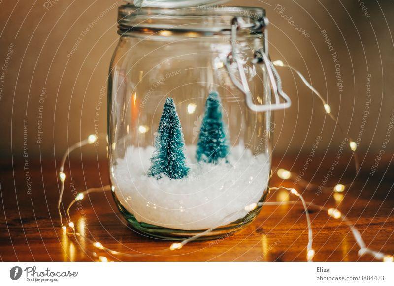 Weiße Weihnachten - Zwei kleine Tannenbäume auf Schnee in einem Einmachglas mit Lichterkette weihnachtlich Weihnachtsdekoration Schneekugel Weihnachten & Advent