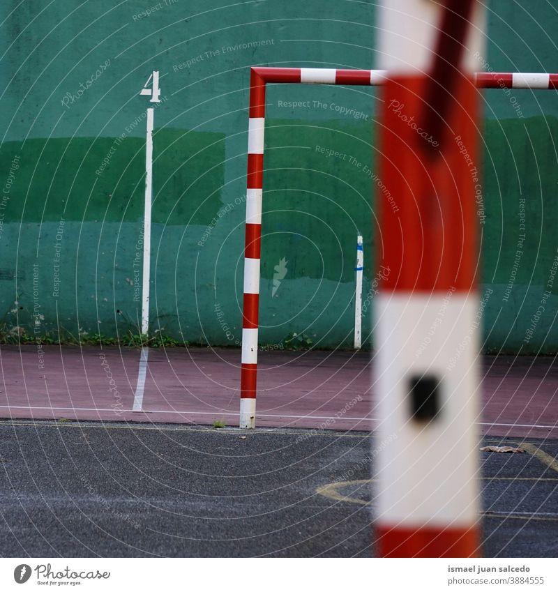alte Fußballtor-Sportgeräte Tor Straßenfußball Feld Fußballfeld Gerät spielen Spielen Verlassen Park Spielplatz im Freien gebrochen Hintergrund Bilbao Spanien