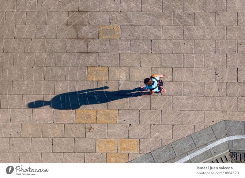 Touristen, die in der Stadt Bilbao, Spanien, auf der Straße spazieren Tourismus Person Menschen menschlich Fußgänger Schatten Silhouette im Freien Großstadt