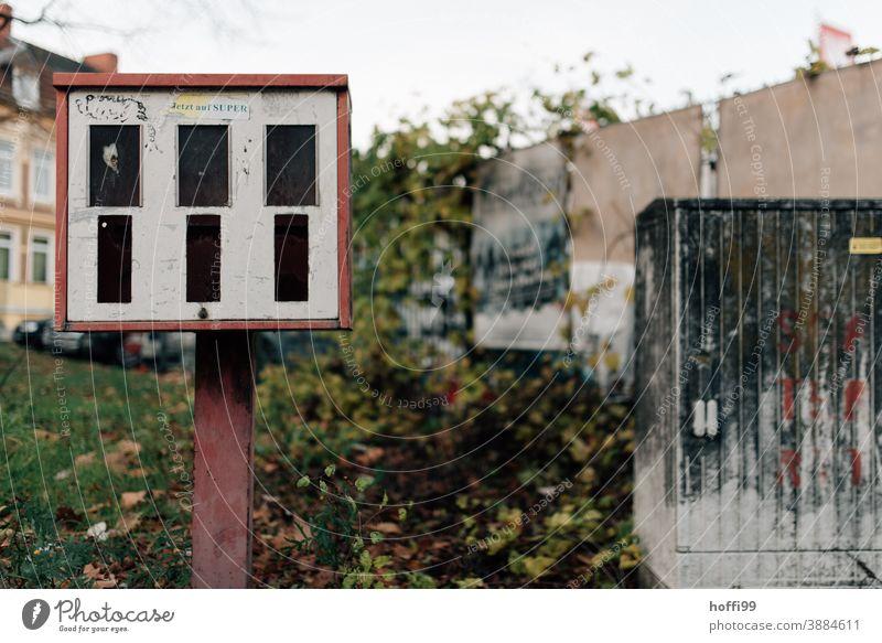 verlassener Kaugummiautomat Automat alt retro Kindheit Nostalgie kaufen Glück Enttäuschung Sehnsucht Trauer dreckig kaputt ästhetisch genießen Erwartung Design