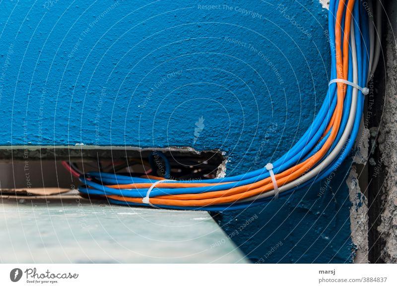 Farbkombination | dass die Wand blau sein muss verstehe ich, das ergibt Textfreiraum. Die gebündelten orangen und blauen Kabel passen aber auch gut dazu.