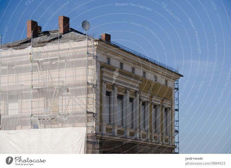 Instandsetzungsarbeiten zur Beseitigung von Abnutzungserscheinungen Fassade Baugerüst Himmel Architektur Sicherheit Modernisierung Renovieren Sicherheitsnetz