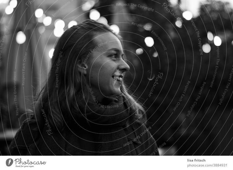 FRAU - DUNKEL - LICHTER Frau Junge Frau 25-29 Jahre alt Hipster alternativ Erwachsene Außenaufnahme Schwarzweißfoto langhaarig Wegsehen Lichterscheinung