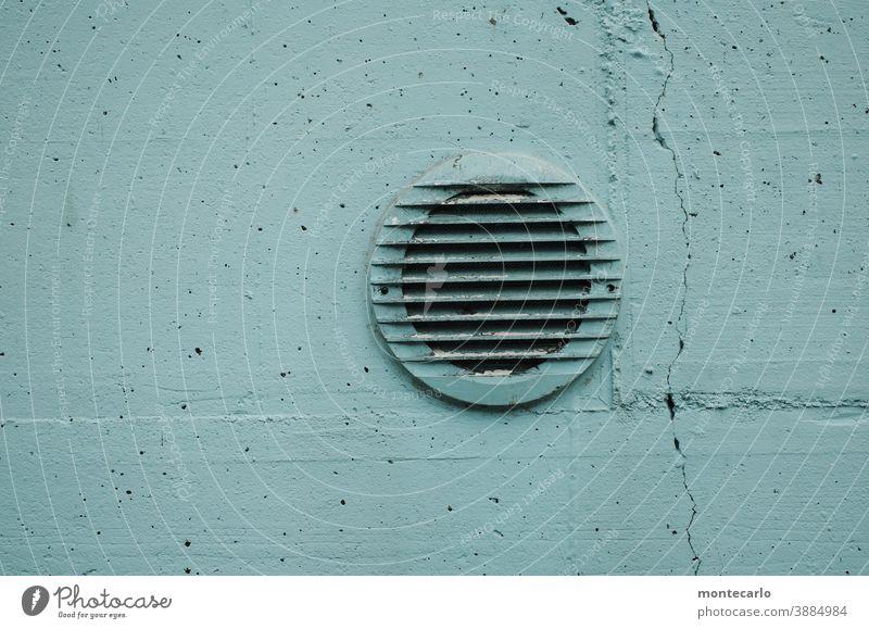 Abluftabdeckung in rissiger hellblauer Betonwand Tag Menschenleer Außenaufnahme Farbfoto Belüftung einfach Wand Mauer Umweltverschmutzung Klima rund atmen