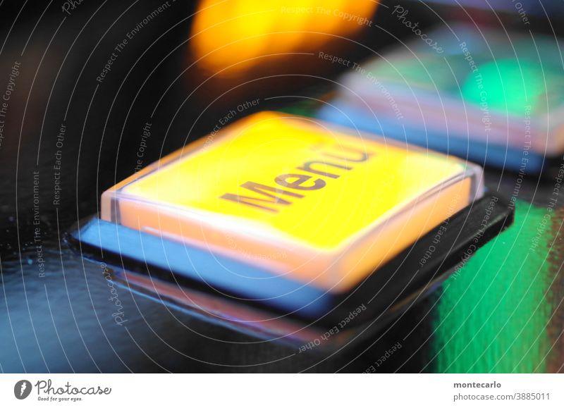 Menütaster an einem Geldgewinnspielgerät gelb beleuchtet Glücksspieler Gewinnspiel Gewonnen Bedienen geldgewinn Beleuchtet Taster Automat Geld ausgeben