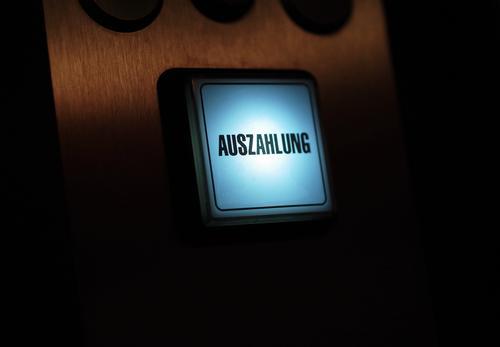 Taster für die Auszahlung an einem Geldgewinnspielgerät Automat auszahlung Beleuchtet blau düster geldgewinn Glück Glücksspiel Bedienen Gewonnen geld verspielen